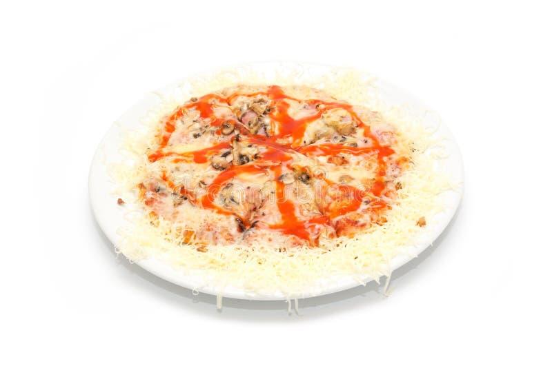 Pikant-Pizza lokalisiert auf dem weißen Hintergrund stockfotografie