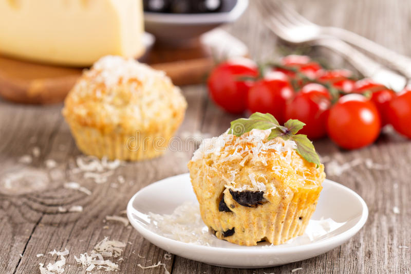 Pikantni muffins z parmesan serem obraz stock