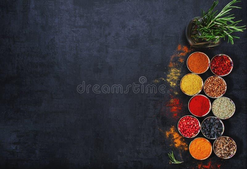 Pikantność i ziele na czarnym tle zdjęcie royalty free
