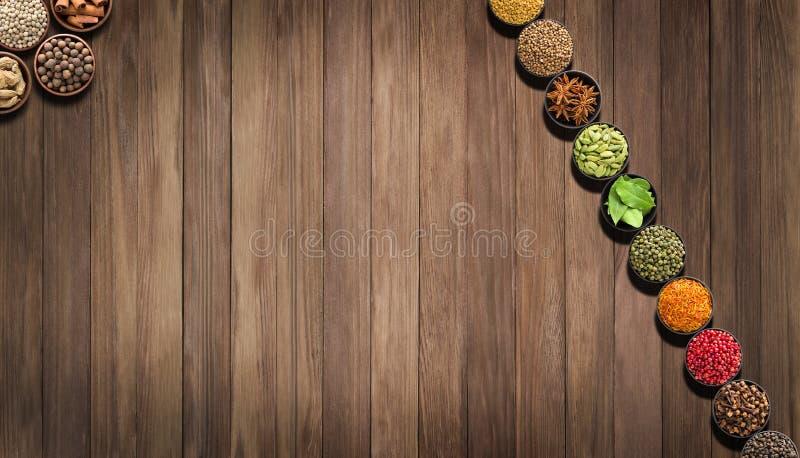 Pikantność i ziele na drewnianym stole przyprawiający dla jedzenia, odgórny widok zdjęcie royalty free