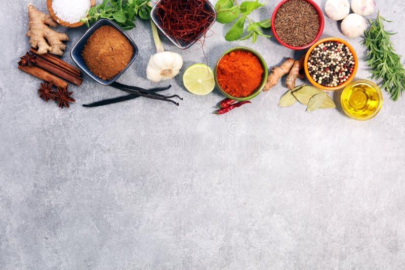 Pikantność i ziele na stole Jedzenie i kuchni składniki fotografia royalty free