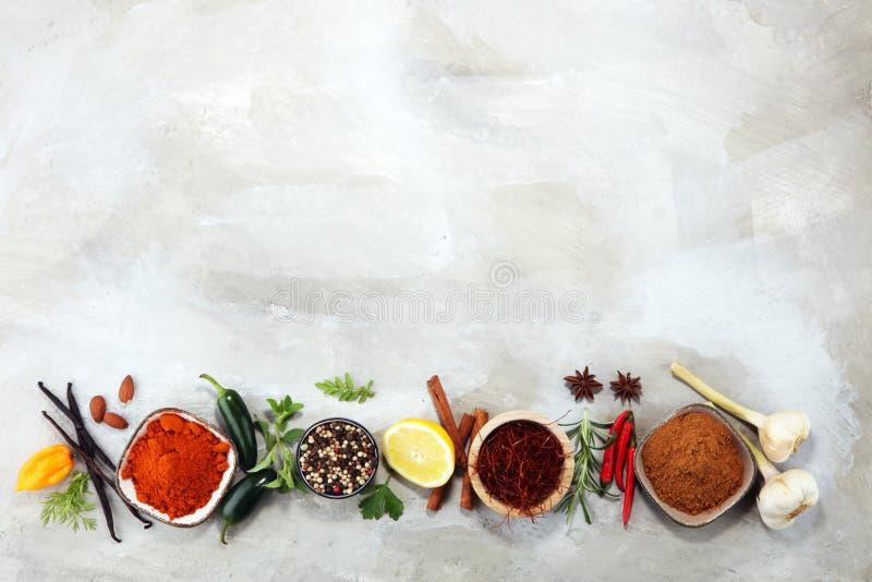 Pikantność i ziele na stole Jedzenie i kuchni składniki zdjęcie stock