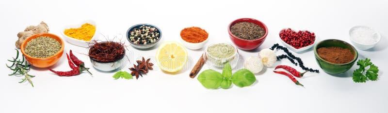 Pikantność i ziele na stole Jedzenie i kuchni składniki zdjęcia stock