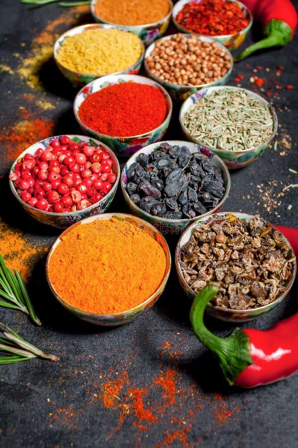 pikantność kolorowe przyprawy Curry, szafran, turmeric, cynamon i otheron, ciemny betonowy tło Pieprz Wielka kolekcja di obrazy stock