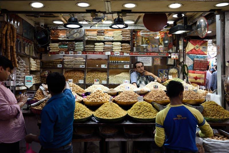 Pikantność targowi handlarzi i pokazy owoc, dokrętki i pikantność różnorodność świezi wysuszeni, obraz royalty free