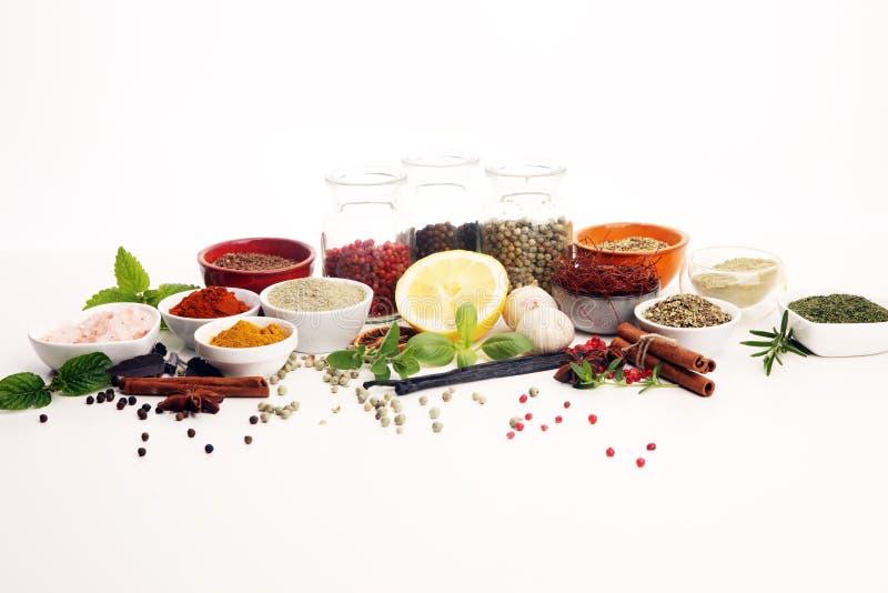 Pikantno?? i ziele na stole Jedzenia i kuchni składniki z basilem zdjęcia stock