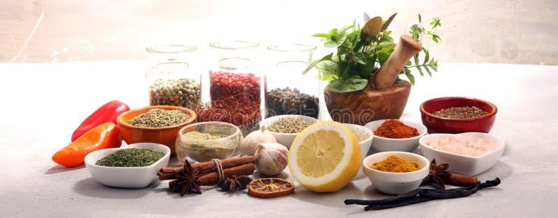 Pikantno?? i ziele na stole Jedzenia i kuchni sk?adniki z basilem obrazy stock