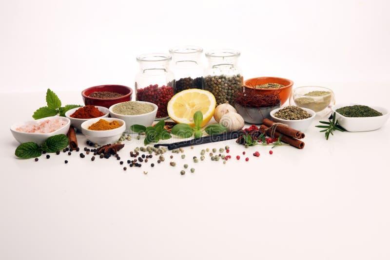 Pikantno?? i ziele na stole Jedzenia i kuchni sk?adniki z basilem zdjęcie stock
