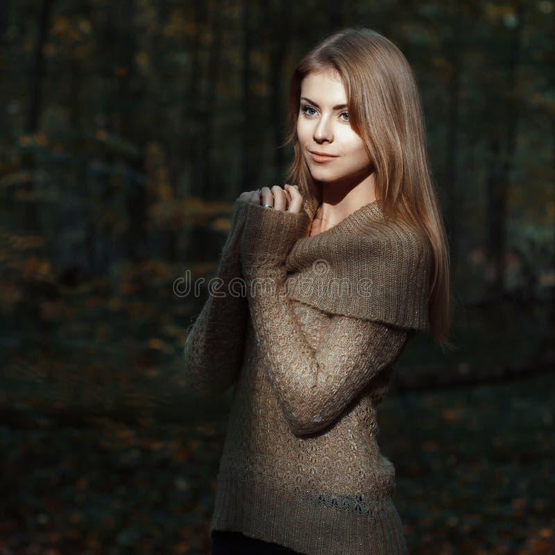 ? pikap dziewczyna w drewnach Jesień fotografia stock