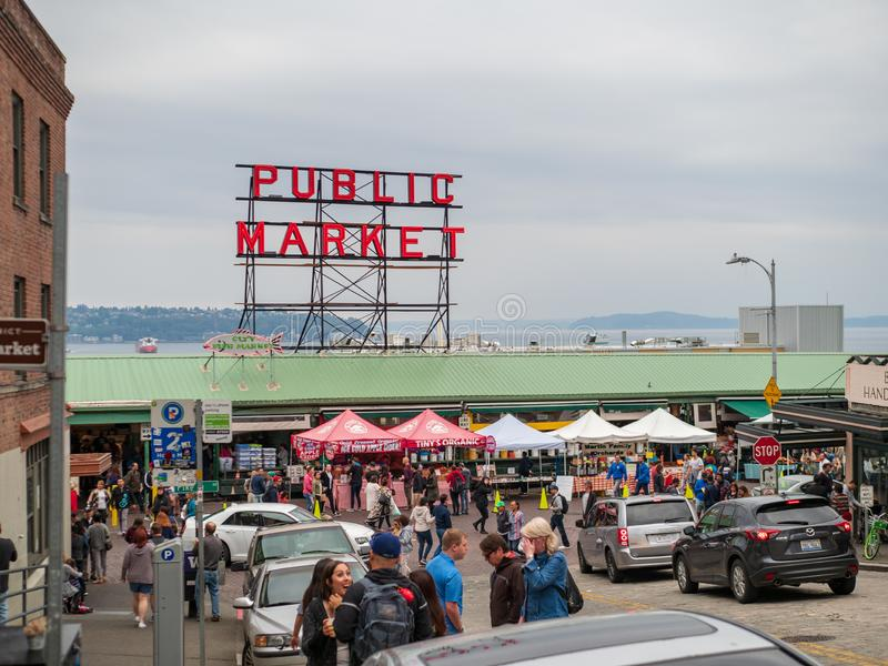 Pike-Platz-Markt, allgemeiner Absatzmarkt mit den Touristen, die draußen durchstreifen lizenzfreies stockbild