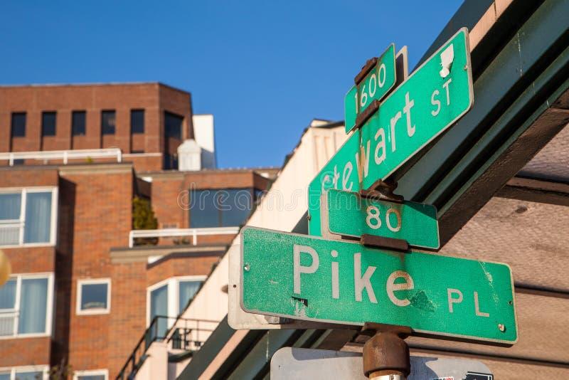 Pike-Platzstraßenschild in im Stadtzentrum gelegenem Seattle lizenzfreie stockbilder