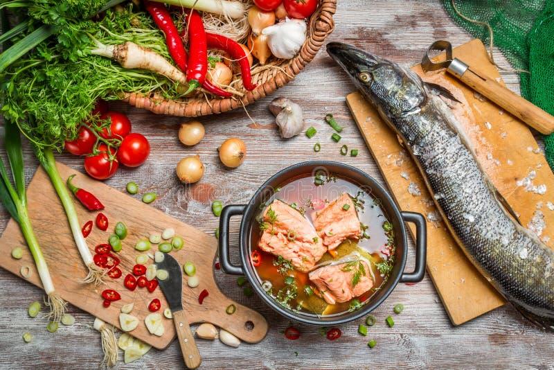 Pike y verduras frescas para la sopa de los pescados foto de archivo libre de regalías