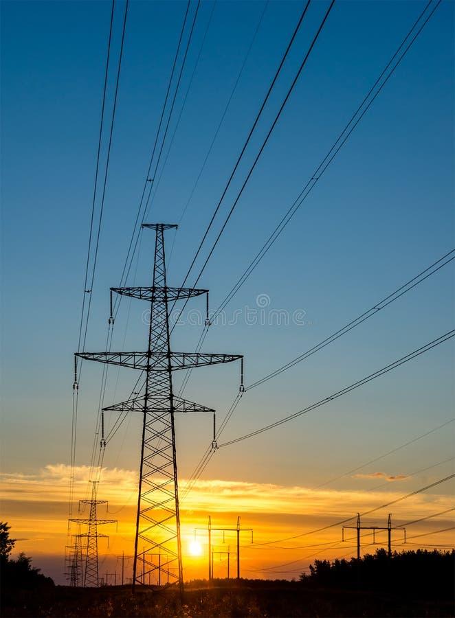 Pilão bonde com linha elétrica no por do sol imagens de stock