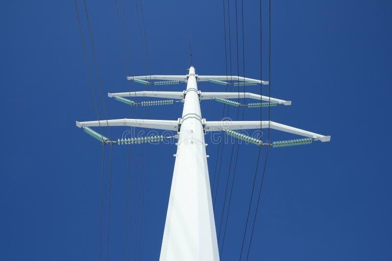 Pilão branco da eletricidade e o céu azul fotos de stock royalty free