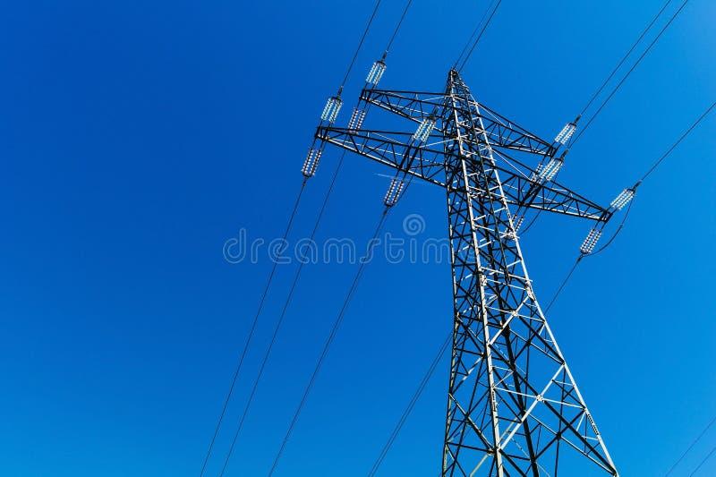 Pilão da eletricidade contra a luz foto de stock royalty free