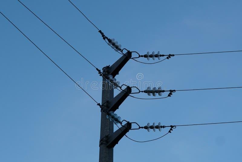 Pilão da eletricidade de encontro ao céu azul imagem de stock royalty free