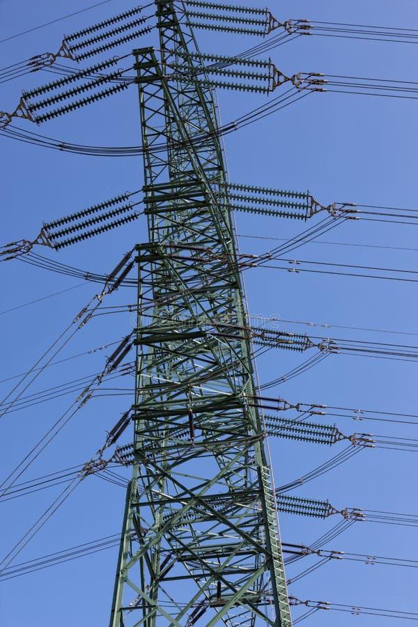 Pilão da eletricidade de encontro ao céu azul fotos de stock royalty free