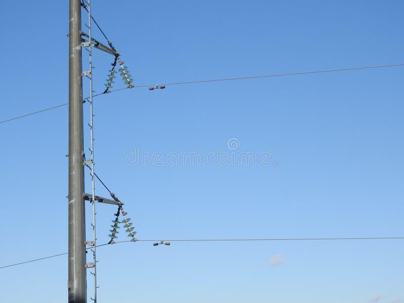 Pilão da eletricidade, torre elétrica da transmissão, contra o céu azul Torre da energia fotografia de stock royalty free