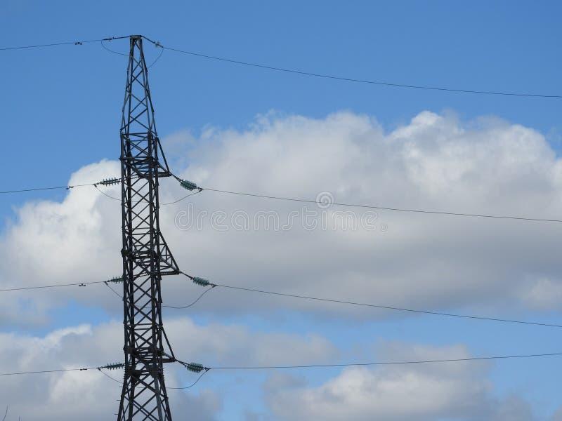 Pilão da eletricidade, torre elétrica da transmissão, contra o céu azul Torre da energia imagem de stock royalty free