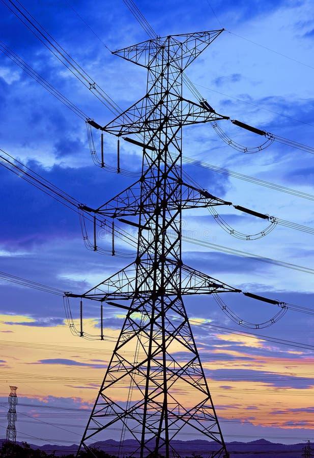 Pilão de alta tensão da eletricidade contra o céu azul foto de stock