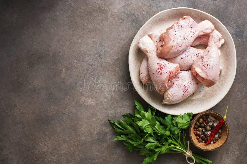 Pilão de galinha cru com especiarias e salsa em um fundo rústico escuro Vista superior, espa?o da c?pia fotos de stock