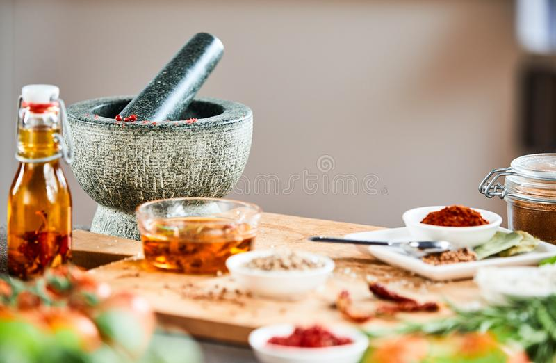 Pilão e almofariz de pedra com ervas e especiarias foto de stock royalty free