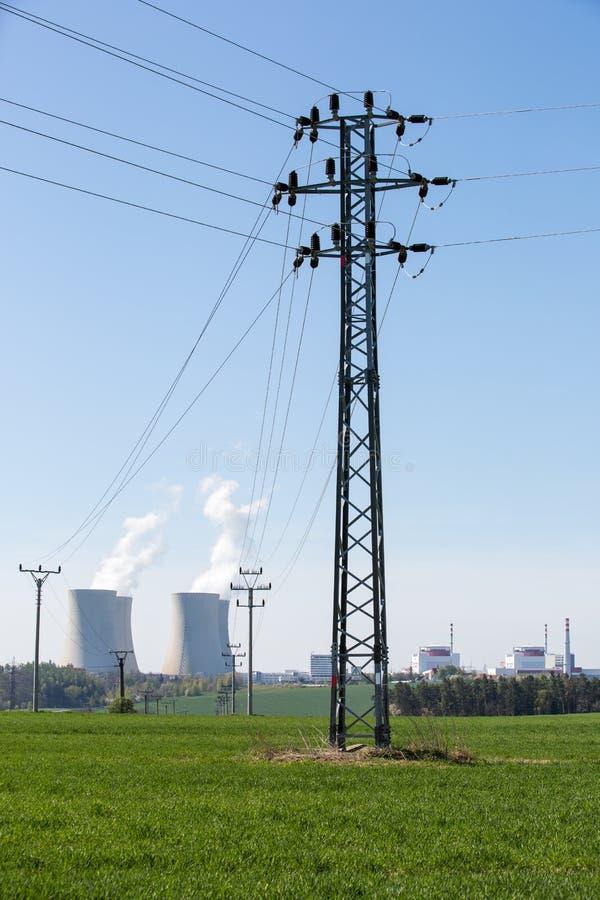 Pilão elétrico com fundo do central nuclear fotografia de stock