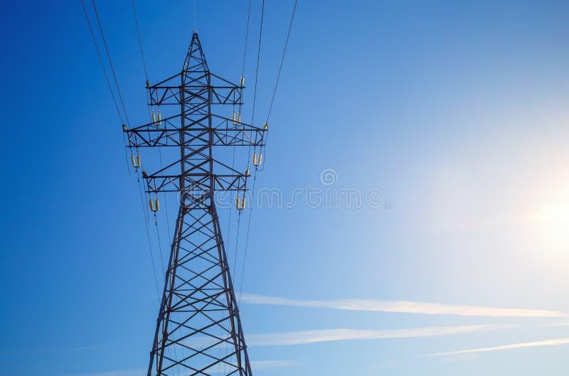Pilón de la electricidad contra el cielo azul imagen de archivo libre de regalías