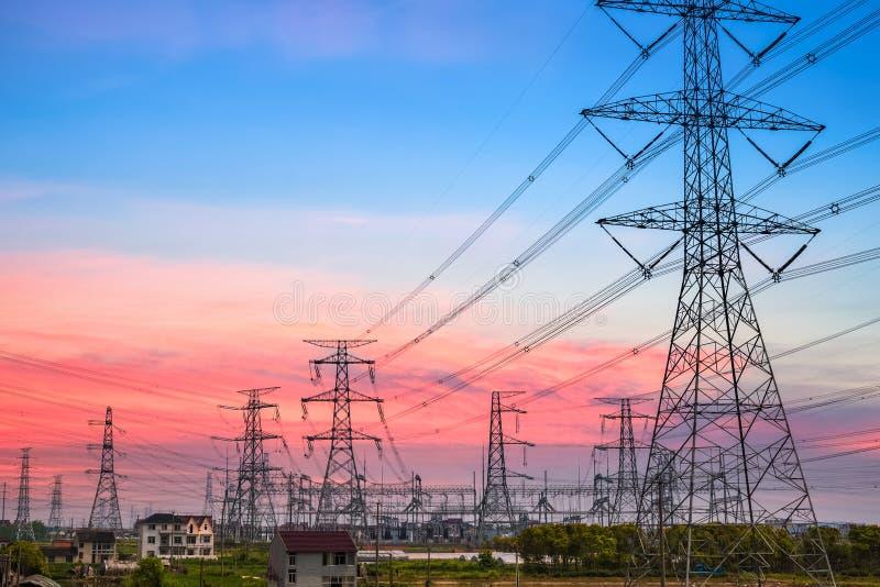 Download Pilón De La Electricidad En La Oscuridad Foto de archivo - Imagen de cable, comunicación: 41919962