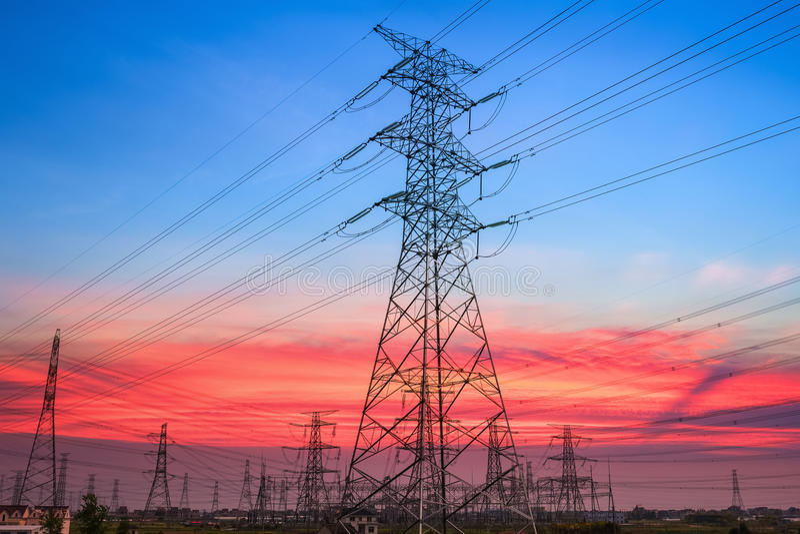 Pilón de la electricidad en puesta del sol fotografía de archivo