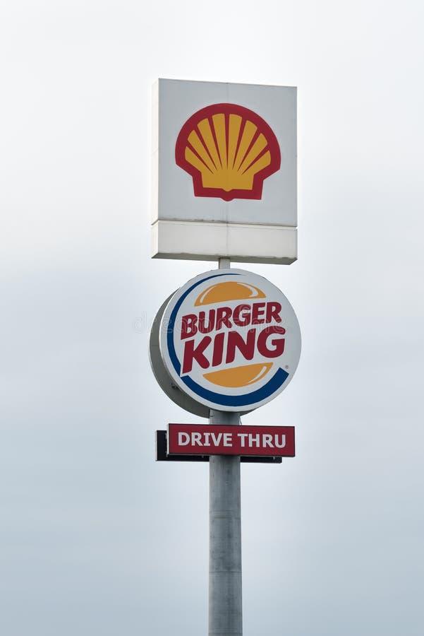 Pilón de Shell y de Burger King foto de archivo