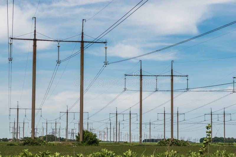 Pilón eléctrico de alto voltaje de la energía de la torre de la transmisión foto de archivo