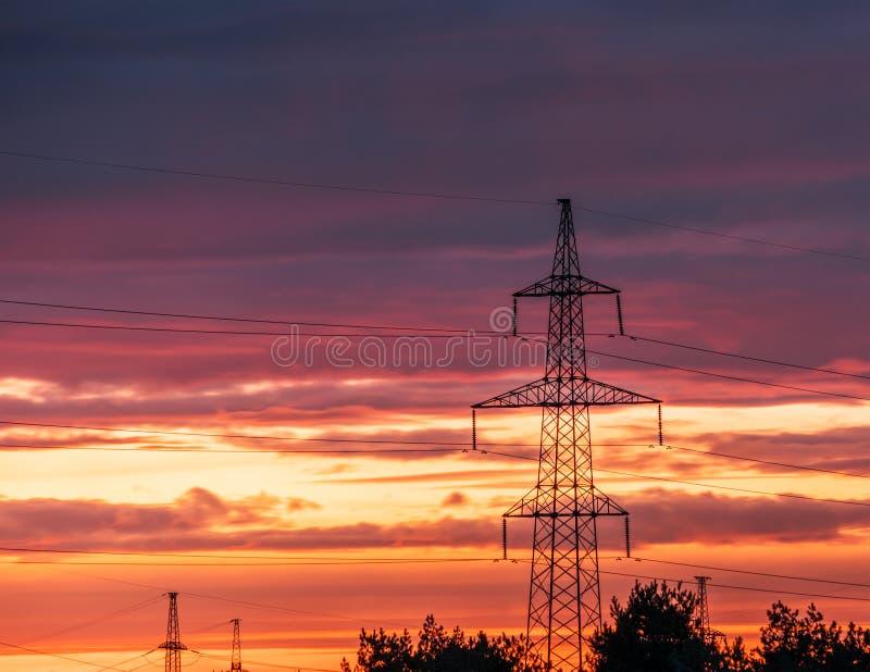 Pilón eléctrico de alto voltaje de la energía de la torre de la transmisión imagen de archivo
