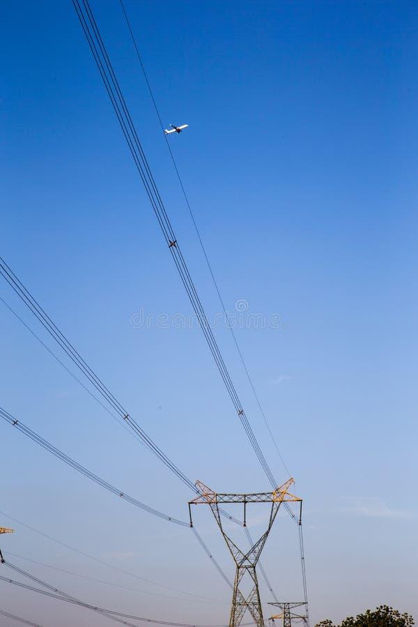 Pilón eléctrico de alto voltaje de la energía de la torre de la transmisión contra el th foto de archivo libre de regalías