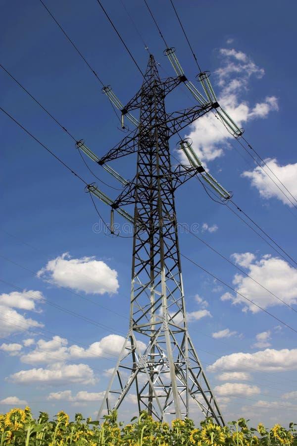 Pilón y cables de la electricidad foto de archivo