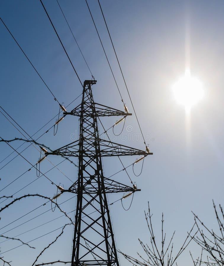 Pilón y sol de la electricidad foto de archivo