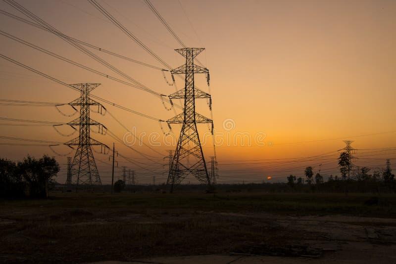 Pilões da eletricidade da silhueta fotografia de stock