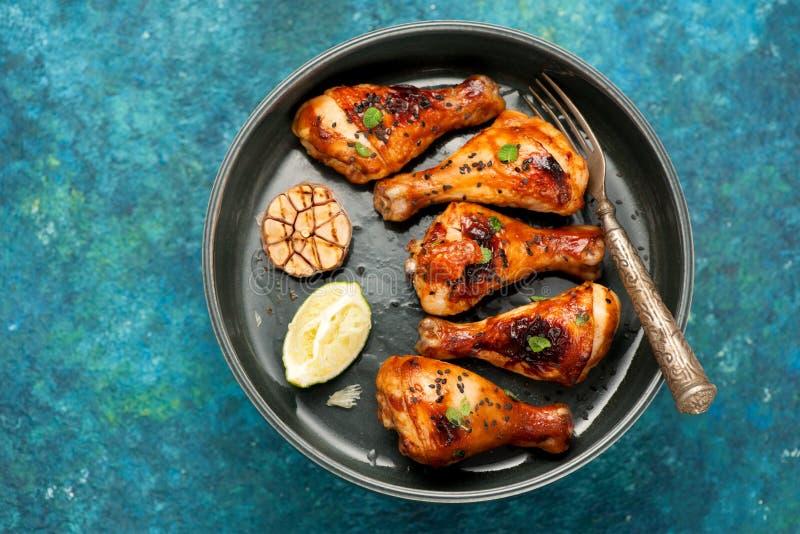 Pilões de galinha cozidos com alho imagem de stock royalty free