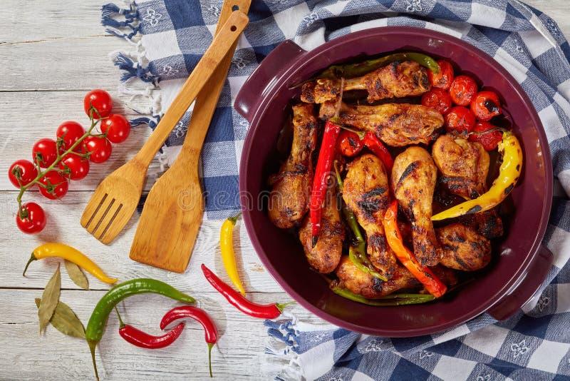 Pilões de galinha grelhados com pimentas de pimentão fotos de stock royalty free