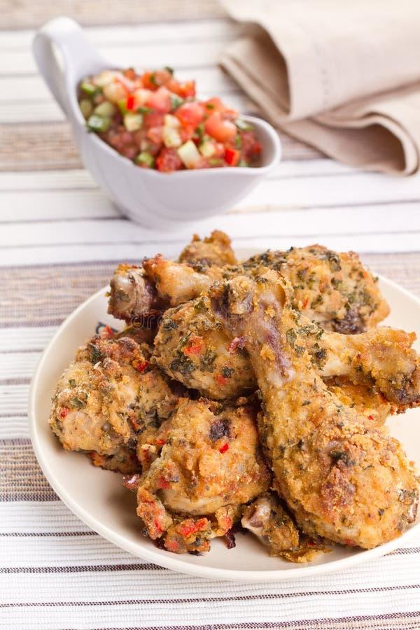 Pilões de galinha Roasted com salsa foto de stock royalty free