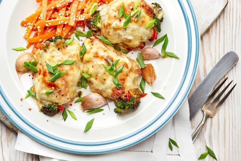 Pilões de galinha Roasted enchidos com vegetais imagens de stock