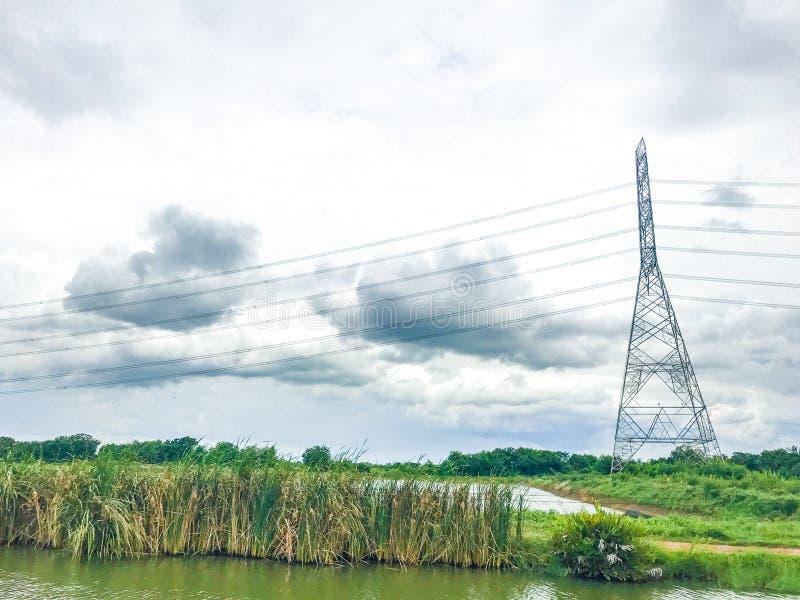 Pilões do poder superior e verde natural com céus claros fotos de stock