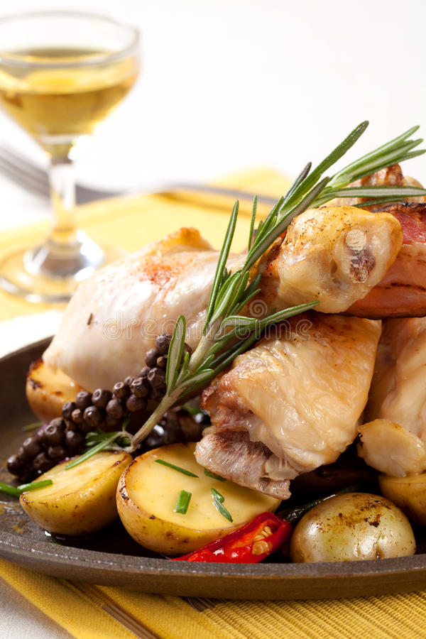 Pilões e batatas Roasted de galinha foto de stock royalty free