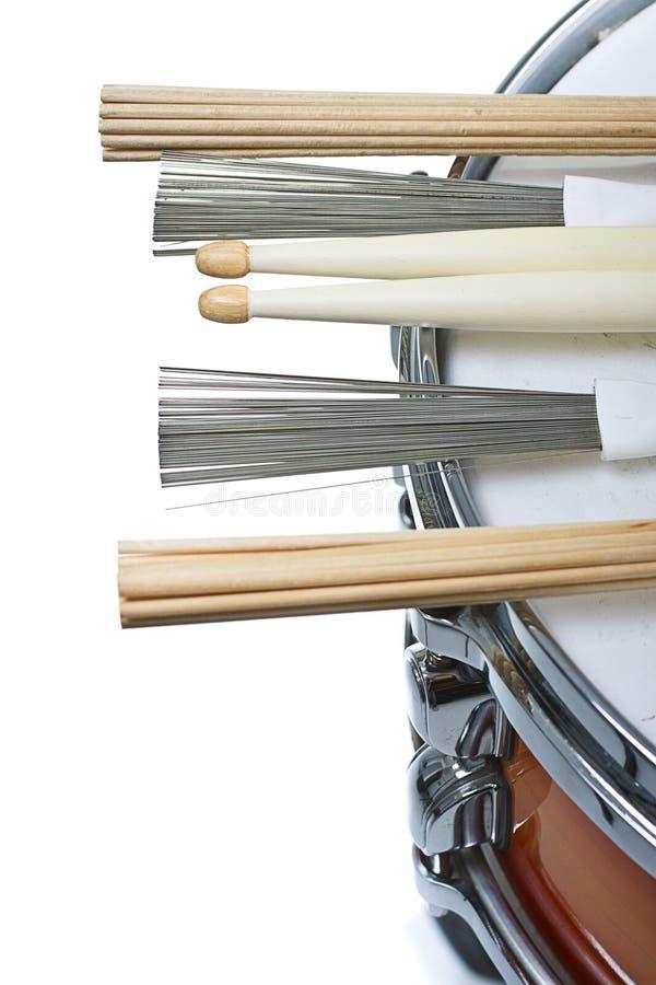 Pilões que descansam em um cilindro de snare fotografia de stock royalty free
