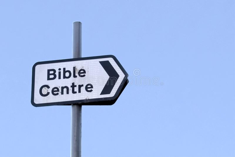 Pil för bibelmitttecken till det religiösa kyrkliga kapellet arkivbilder