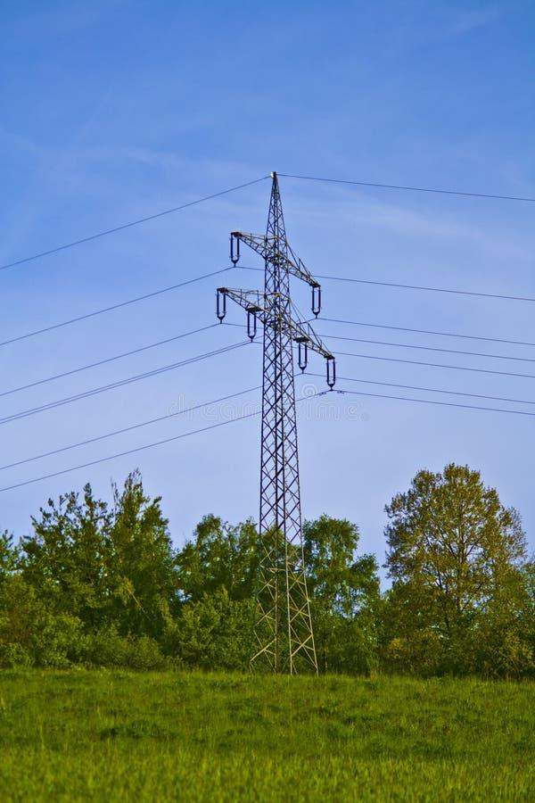 Pil?n de la electricidad de una l?nea el?ctrica a trav?s de Baviera foto de archivo libre de regalías