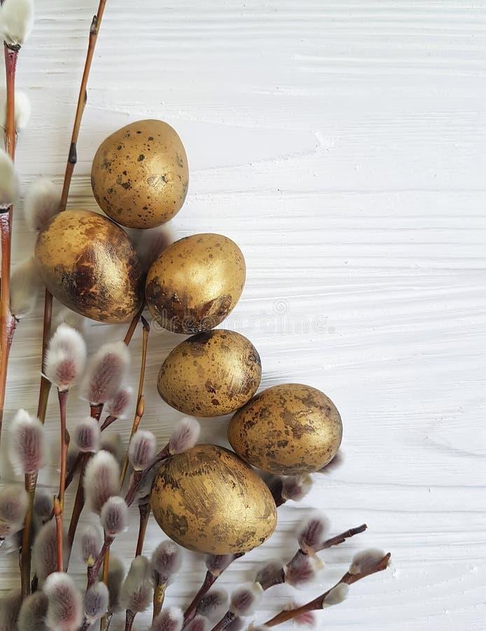 Pil påsk för vaktelägg på vitt trä arkivfoton