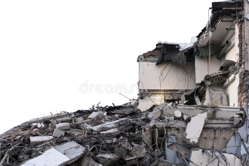 Pila aislada de escombros de un edificio desmontado en un sitio de demolición fotografía de archivo