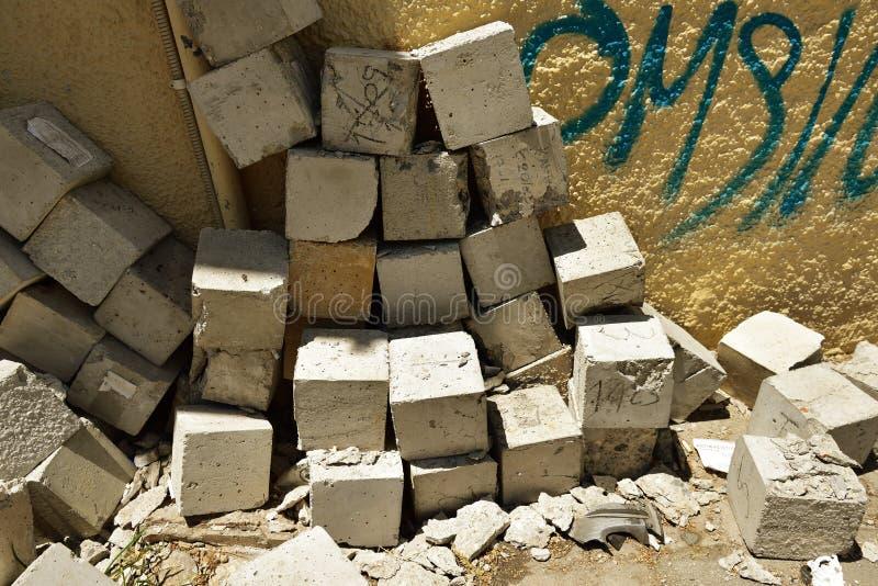 Pila al azar de cubos concretos imagen de archivo