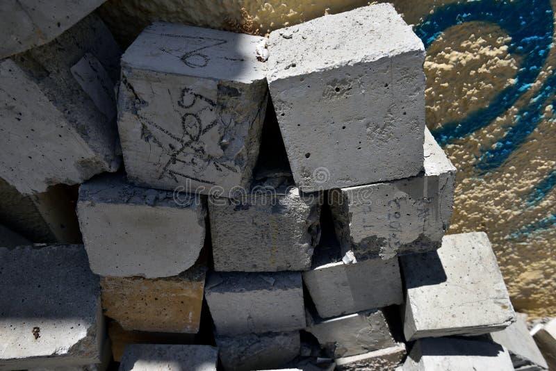 Pila al azar de cubos concretos fotografía de archivo